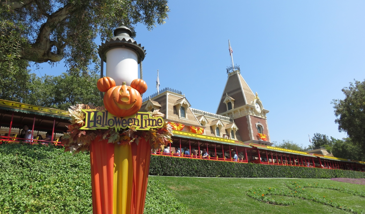 Halloween Time appears at Disneyland!!
